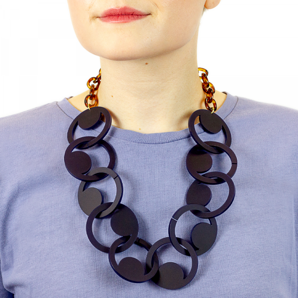 t9oolally_Denan_Navy_necklace_lifestyle